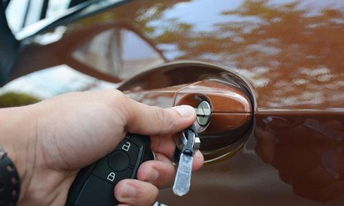 Khởi động xe ô tô như thế nào khi smartkey hết pin 1