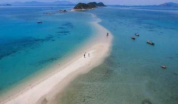 Con đường độc đạo giữa biển nối đảo với đất liền